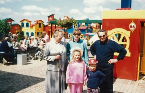 Opa en oma Drenth met dochter Alberta en kleinkinderen Marlous en Joop in LEGOLAND
