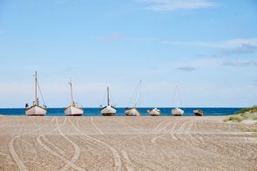 Vissersboten op het strand aan de westkust in Denemarken