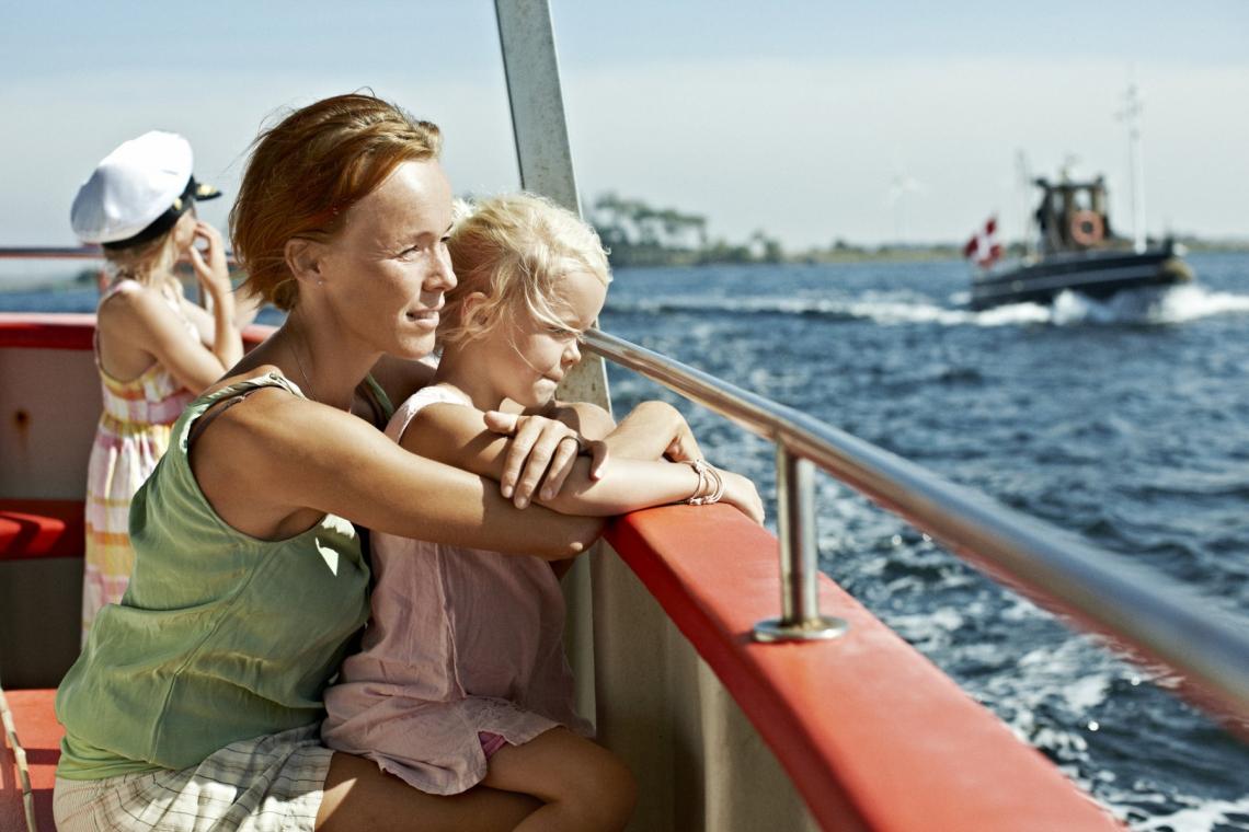Familie aan boord van kleine ferry in Denemarken. Foto: Niclas Jessen / VisitDenmark
