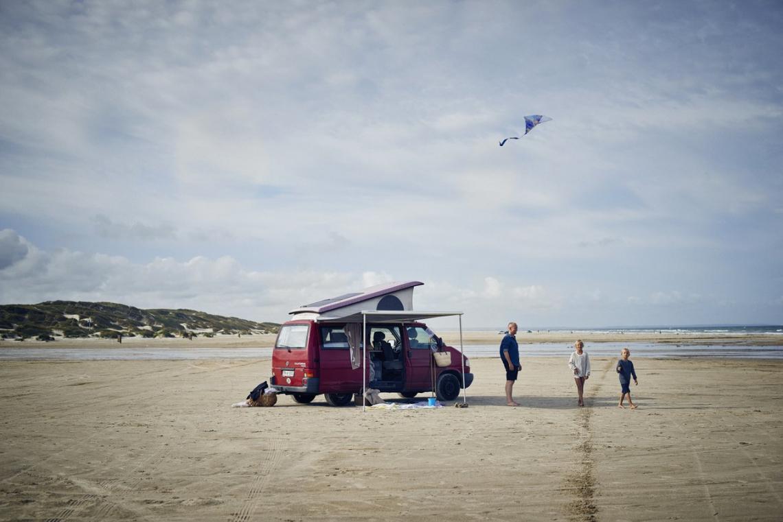 met de auto op het strand van West-Jutland. VisitDenmark - Niclas Jessen